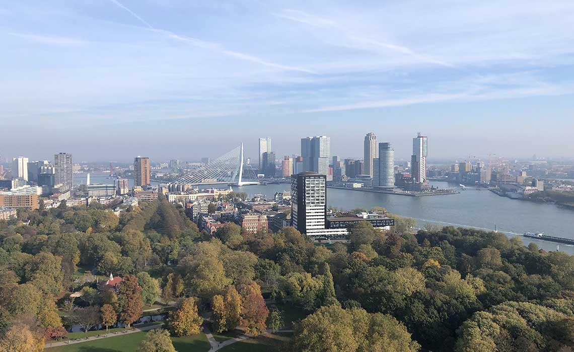 Blik op Wilhelminapier Rotterdam - Travelvibe