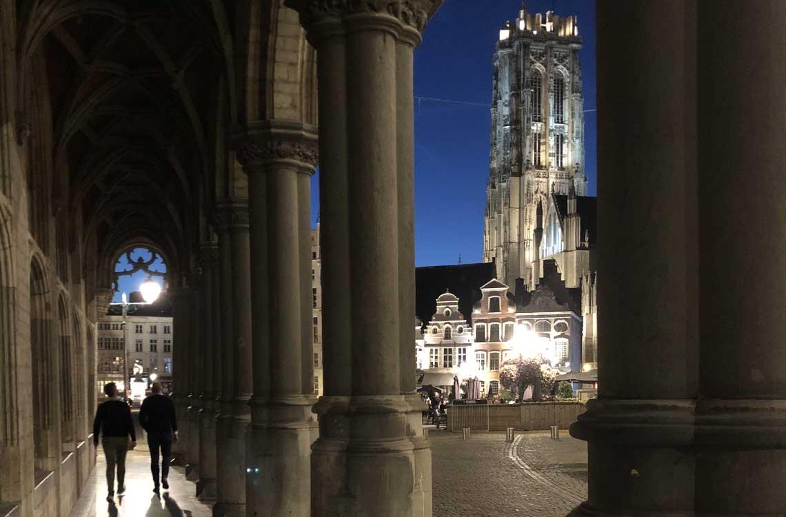 Grote Markt bij avond Mechelen - Travelvibe