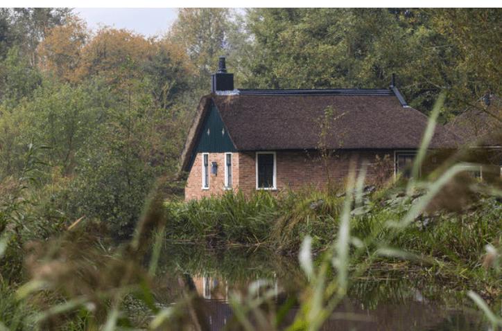 Huisje aan het water weerribben