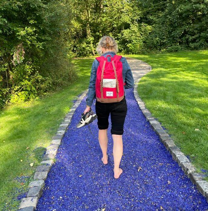 Wandelen over blote voetenpad in het Kurpark