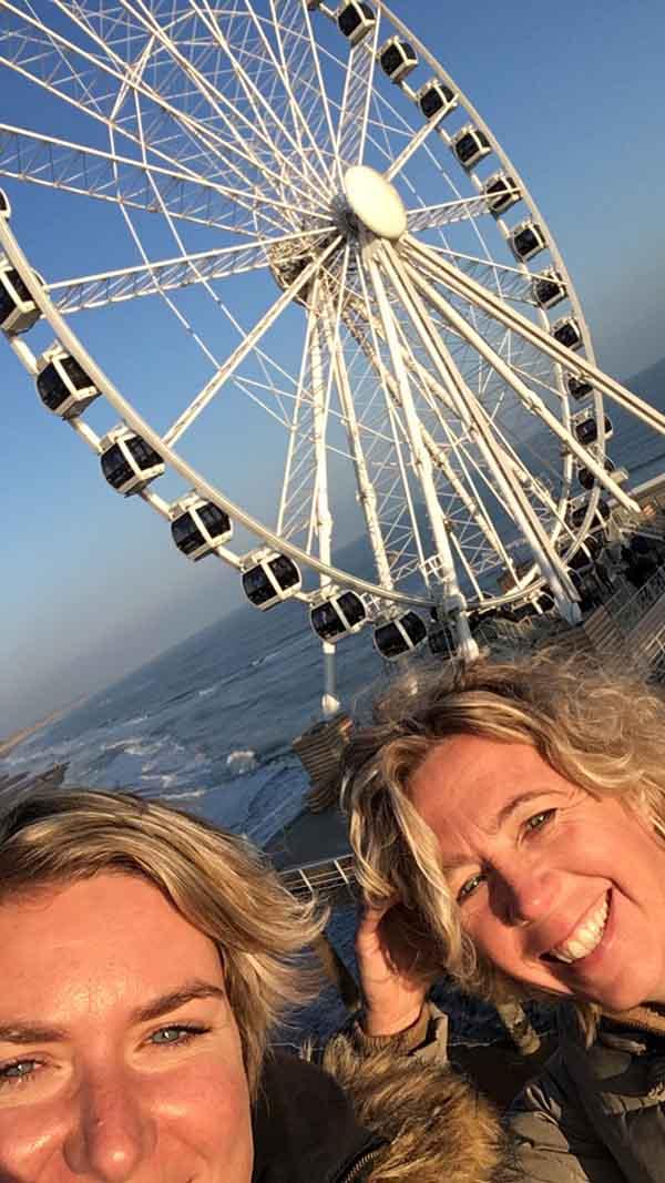 Yvon en Laura van Travelvibe op de Pier in Scheveningen