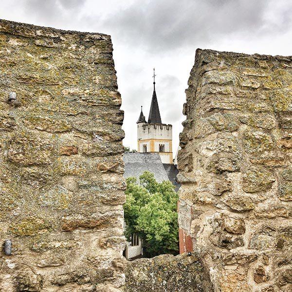 Kerk in een burcht Ingelheim Duitsland - Travelvibe