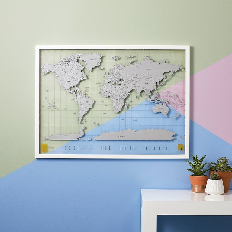 transparante wereldkaart aan muur - travelvibe