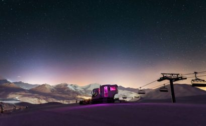 slapen in een pistenbully Over the moon La Plagne - Travelvibe